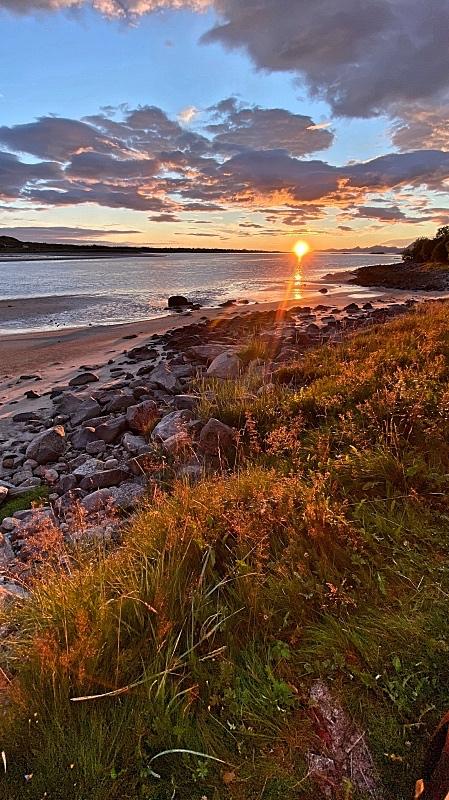 Auringonlasku Lofooteilla omalla rannalla