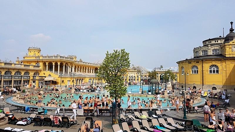 Széchenyi kylpylän ulko-allas, jossa veden lämpötila 38 astetta