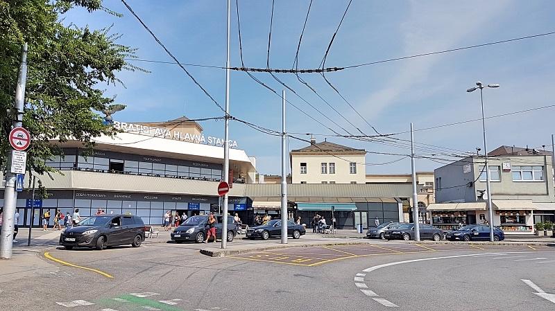 Bratislavan juna-asema kadun puolelta