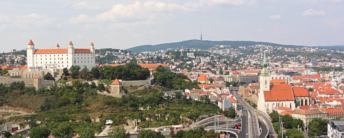 Bratislavan vanhakaupunki ja linna Ufosta kuvattuna