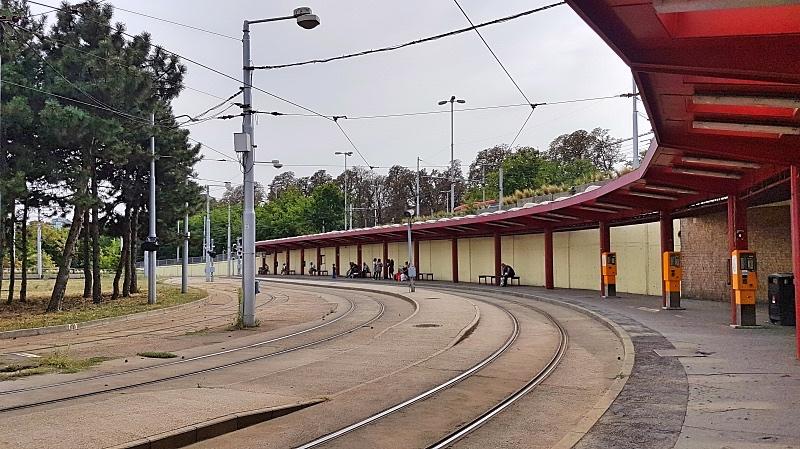 Ratikat liikennöivät asemalta yhtä kerrosta alempaa