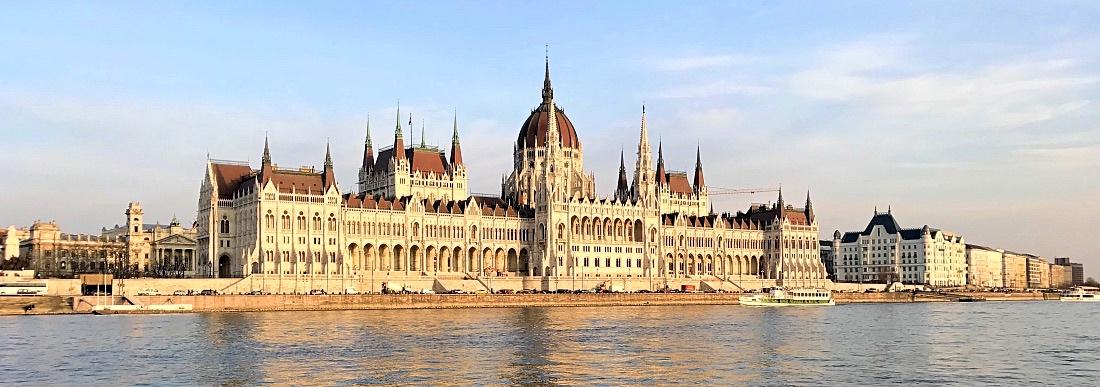 Budapest, parlamenettitalo jokiristeilyllä