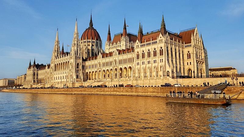 Parlamenttitalo Budapestissä auringonlaskun aikaan
