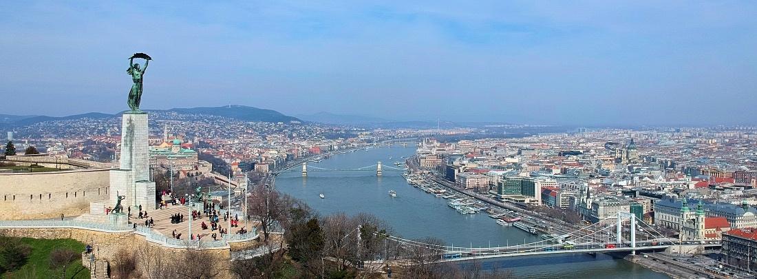 Budapestin kaupunki ja vapaudenpatsas Gellértinvuoren päällä