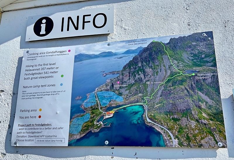 Parkkipaikan infotaulu reitistä