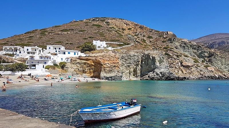 Agalin kylä saaren länsirannikolla, jossa hiekkaranta ja mukavia lounaspaikkoja