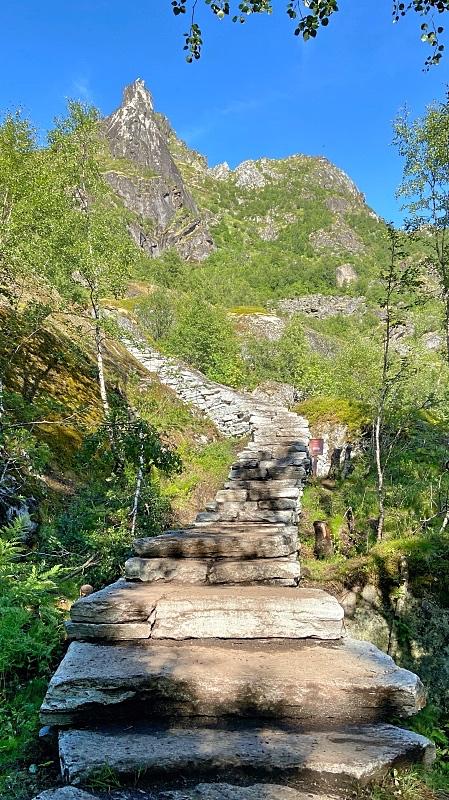 Kiviportaat Djevelporten patikointireitillä