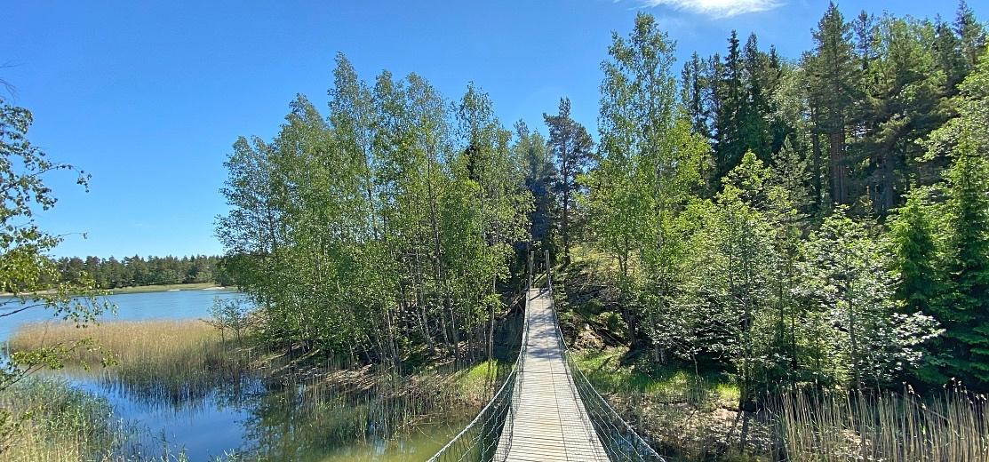 Riippusilta Kopparön luontopolulla Raaseporissa Etelä-Suomessa