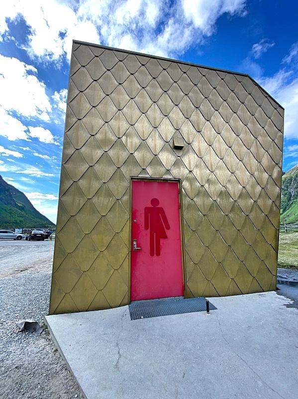Kultainen wc Senjall Ersfjordin rannalla
