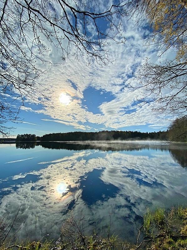 Heijastus tyyntä järveä vasten