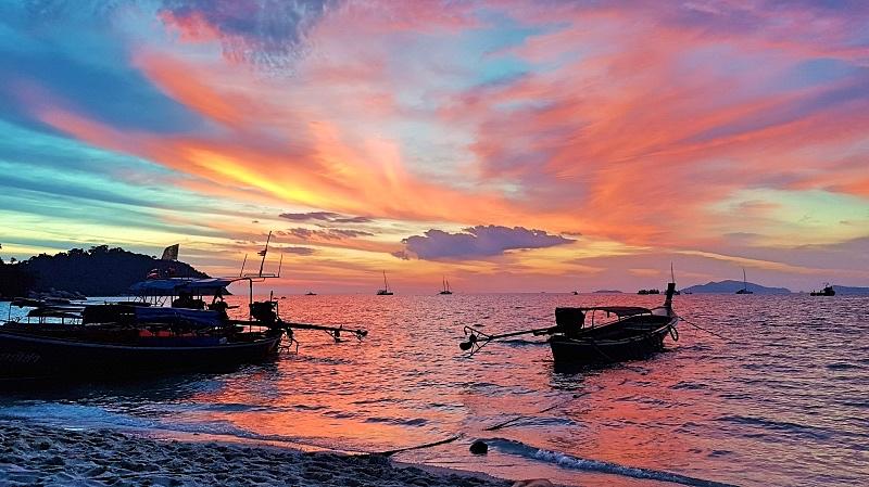 Auringonlasku Sunset Beachillä