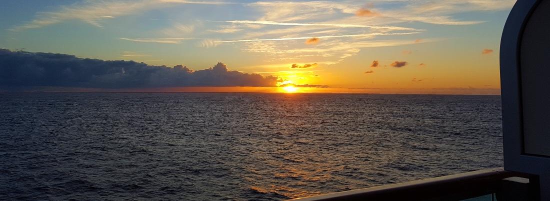 Auringonlasku merellä Karibian risteilyn aikana