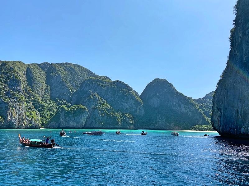 Laiva kiertää Phi Phin nähtävyydet ennen kuin saapuu satamaan