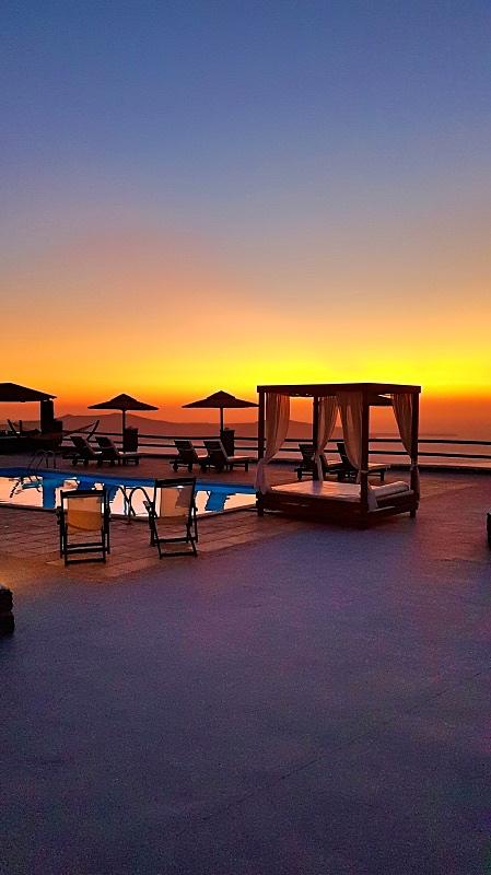 Santorinin hotellilla auringonlaskun aikaan