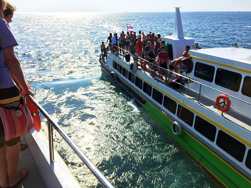 Veneen vaihto merellä Thaimaassa
