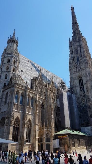 Pyhän Tapanin Tuomiokirkko sijaitsee keskeisellä paikalla aivan Wienin keskustassa